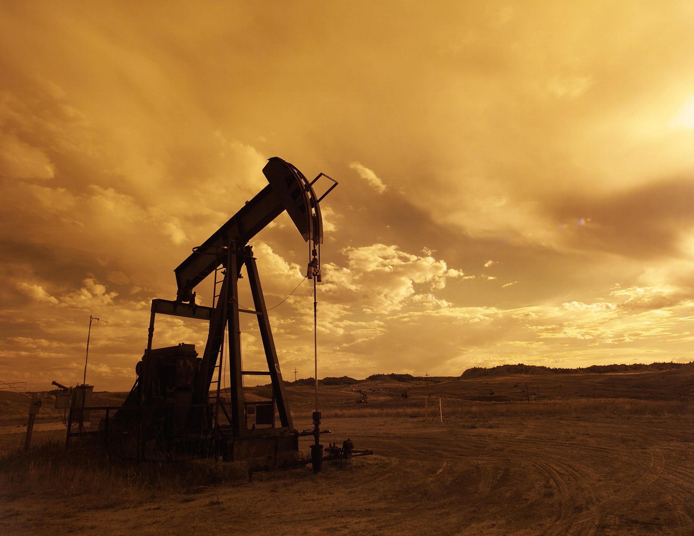 oil-pump-jack-sunset-clouds-silhouette-162568